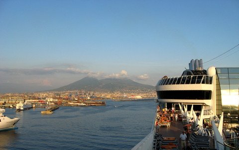 Panorama of Mount Vesuvius from the cruise ship (© Portanapoli.com)