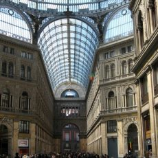 Enjoy shopping and markets in Naples