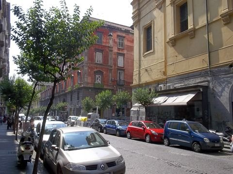 Not only in Via Duomo the parking spaces are sparce (© Portanapoli.com)