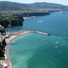 Meta di Sorrento: Beach with view to Vesuvius